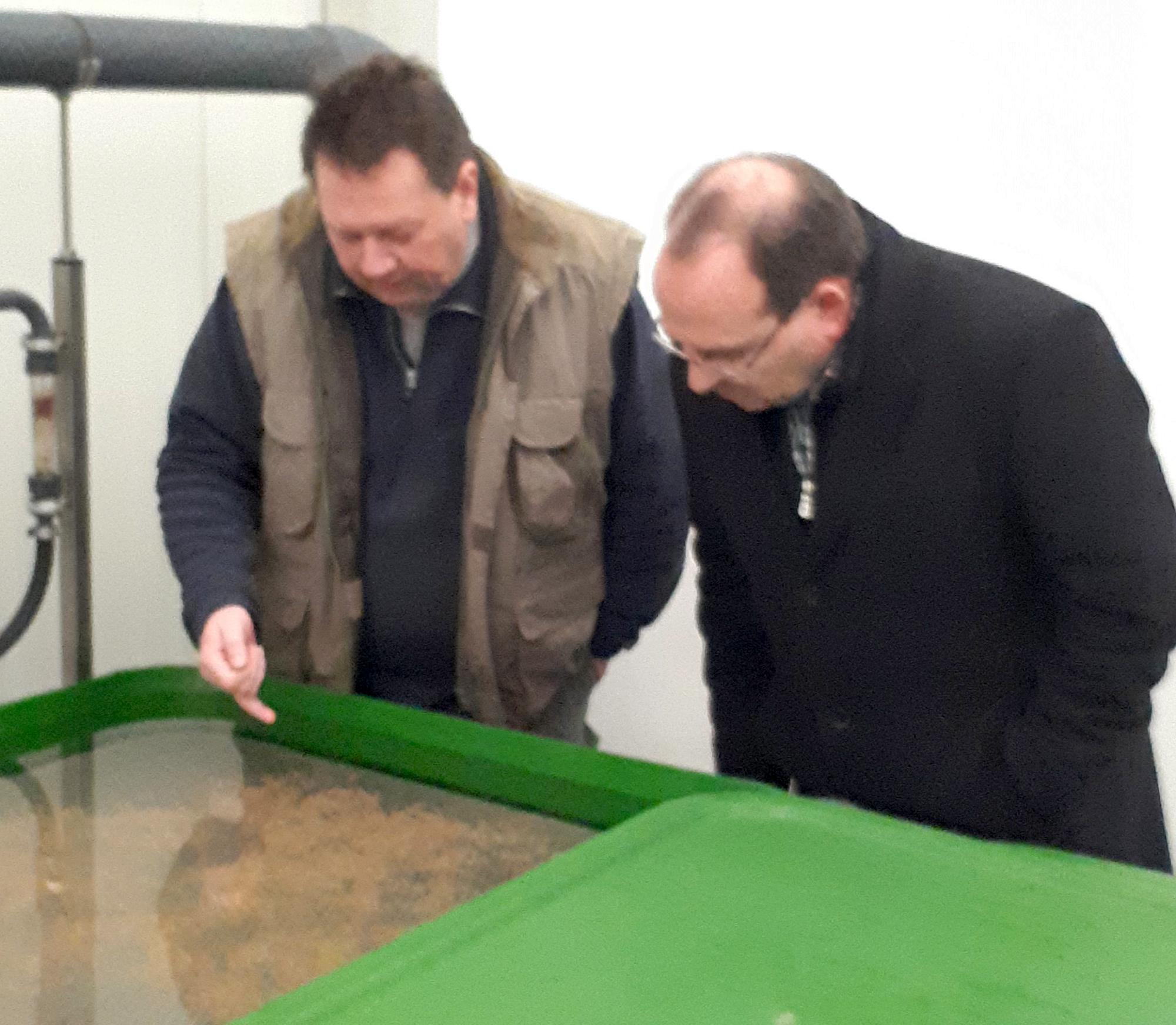 Dietmar Firzlaff und Dr. Nolten im Lachszentrum an der Hasper Talsperre
