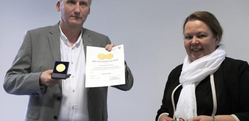 """Heinz Ackmann vom Verein """"Der Atlantische Lachs e.V. und Umweltministerin Heinen-Esser"""
